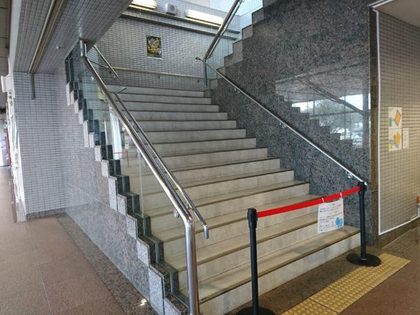 佐藤朱、髙橋彩音、行天優莉奈ミニライブ会場入り口階段
